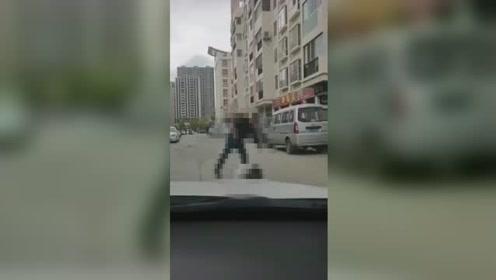 怒!云南女子街头遭前夫暴打,被猛踹头部无力还手