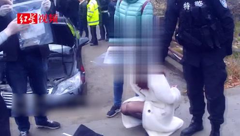 实拍毒贩抓捕!毒贩驾车疯狂冲撞警车 民警连开数枪成功制服
