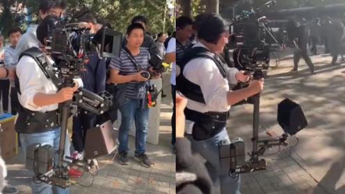贾玲拍戏现场抢摄像的活,背着超大的斯坦尼康:扶住我,扶稳我