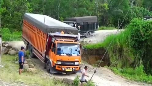 艺高人胆大,能在这地方开货车,司机的技术应该都不会太差