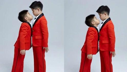 安吉小鱼儿穿红西装帅气 兄弟俩搞怪对视超有爱