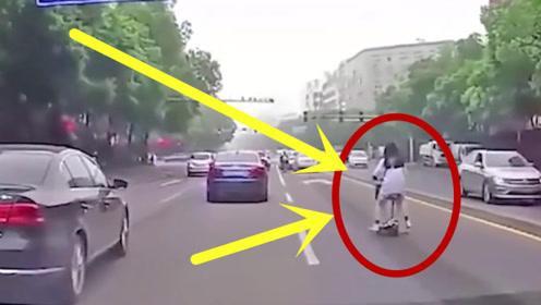 """妹子骑助力车还想劈叉,刚离开踏板不到3秒,直接和大地""""拥抱""""!"""