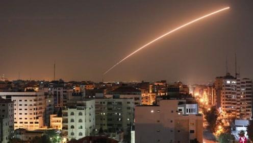 现场:以色列公路遭火箭弹袭击 燃起熊熊大火