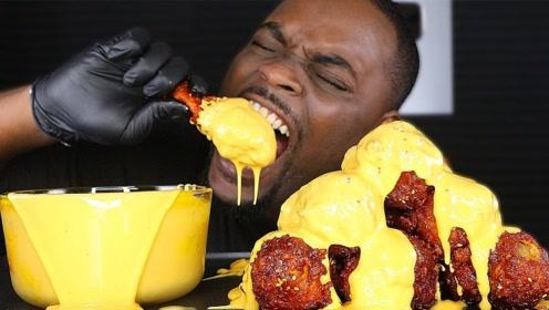 国外大哥挑战特辣韩式炸鸡,蘸着芝士几口吃掉一个,网友:表情到位!