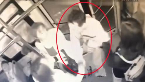 贵州:公交车上女孩被猥亵默不着声 14岁女生锁喉猥琐男
