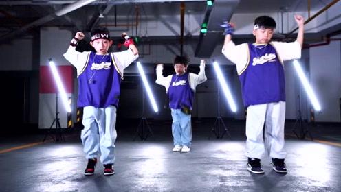 小小少年们街舞跳的超级帅!从小帅到大的感觉估计他们能体会到!