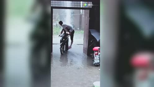 大哥脑洞大开!你有你的抽水泵!我有我的摩托车!