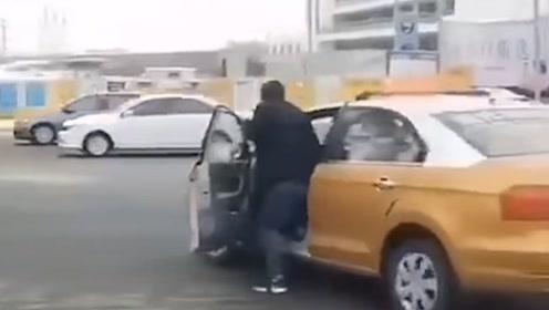 哈尔滨的哥用脚踩地刹车 保洁:没结冰