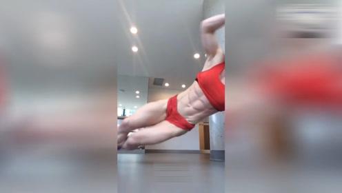 健身美女展露完美腹肌人鱼线,看她怎么练的,跟着学就对了