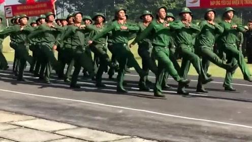 越南军训正步走,走成这样已经很有进步了