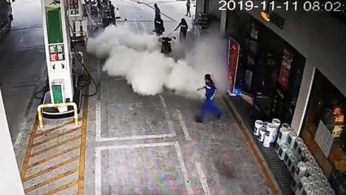 [广东]摩托车加油站突发起火 加油站员工教科书式灭火亮了