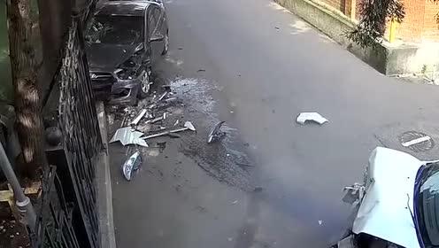 大哥!我是抢你车位还是怎么了!直接就撞来了!