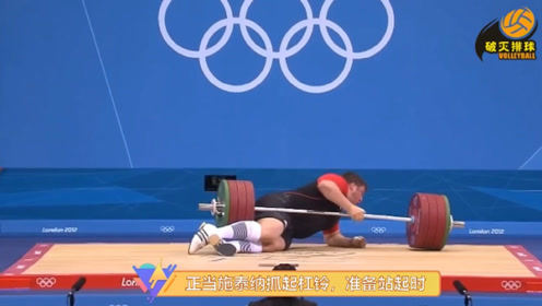 """惊天意外!举重卫冕冠军被196公斤杠铃""""重重砸伤"""",却硬汉振臂安慰观众"""