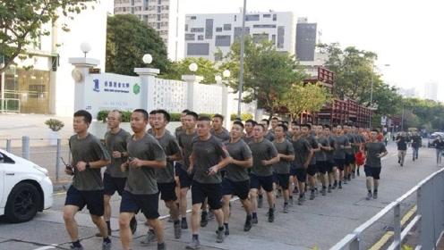 首次亮相!驻港维和部队整齐跑出军营,协助市民清理路障