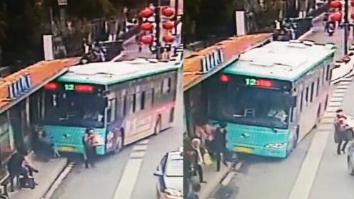 突发!盐城一公交车冲上公交站台 两名乘客被卷入车底