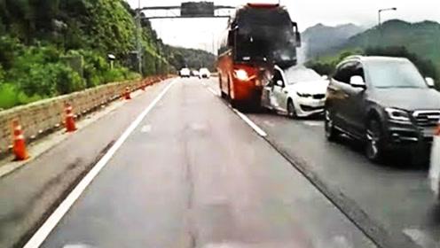 道路交通事故瞬间,看着都让人揪心,网友:这种车该淘汰