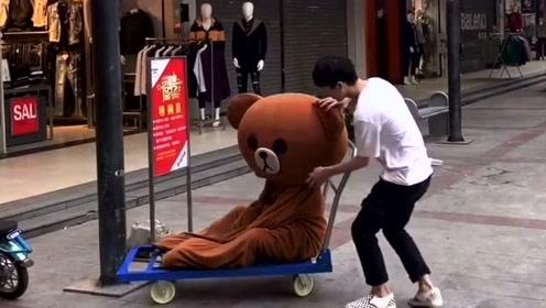 网红熊去外面玩耍,没想到却被路人整蛊,真的是太糗了