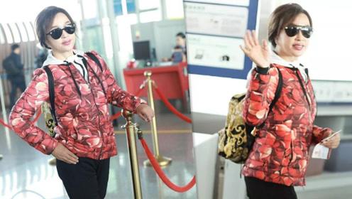 随便拍!67岁的刘晓庆心态太年轻 机场穿红袄时髦显年轻