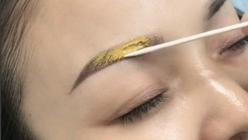 谁能告诉我,这是什么操作?在眉毛上放了这么多黄泥