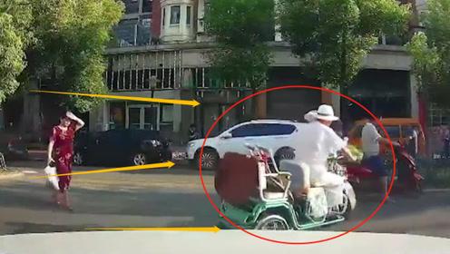 三轮车大妈也追尾电动车大妈翻车,看了监控后,网友:碰瓷也不用这样吧