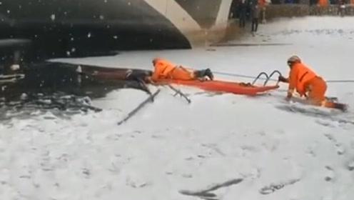 暖心!母亲在冰窟窿中扛起儿子等待救援  消防员冰面匍匐救出母子