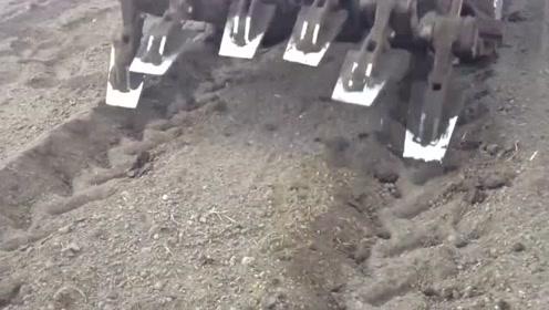 这台耕地机的运作方式还是头一次见