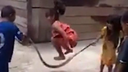 没有绳子也能跳绳 越南儿童用巨大死蛇尽情娱乐