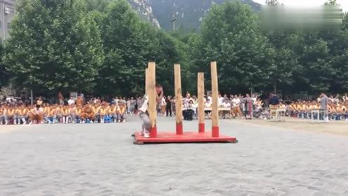 少林寺弟子把这几根柱子弄断,就可以下山了还俗,小和尚把命拼了