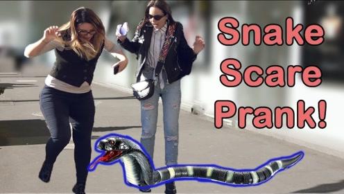 """街头突然出现""""蛇"""",前两位的反应太真实了,最后一位小姐姐社会了"""