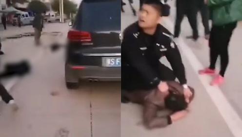 男子驾车冲撞乡政府工作人员致2死1重伤 民警瞬间将其按倒在地