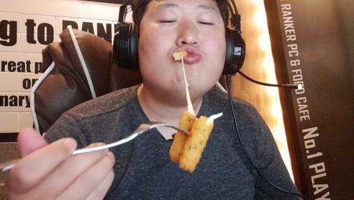 韩国农村小哥到网吧打游戏,玩到一半饿了点饭吃,别具一格的吃播