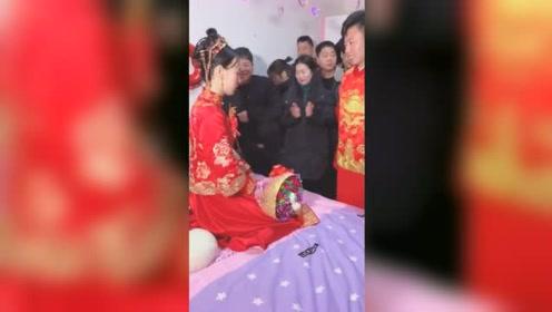 新娘婚礼现场隔着手亲吻新郎 网友:不想嫁还是别嫁