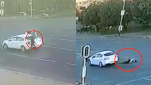 监控曝光!南非街头女司机遭抢被枪杀 歹徒当场抛尸抢车逃离