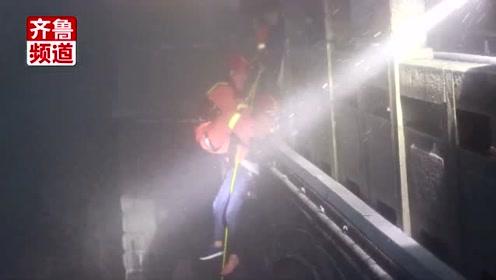 泰山一名游客不慎坠崖,消防员30米吊绳雪中营救