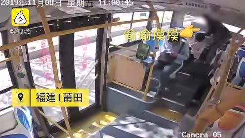 熟睡乘客包被偷,公交司机一声怒吼小偷连忙归还