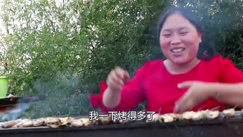 胖妹下河里摸鱼了,一筐的小鱼带回家做烧烤,隔壁狗子都馋了!