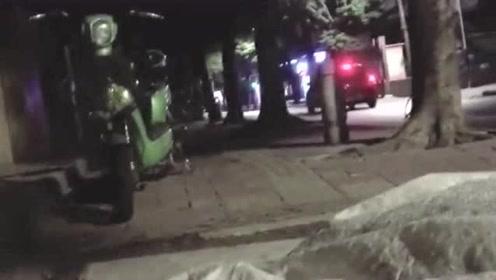 大哥被媳妇赶出家门,这么冷的天,要在马路上过夜!