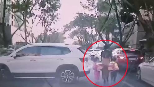 女司机倒车瞬间将龙凤双胞胎和母亲撞倒挤压 现场画面曝光