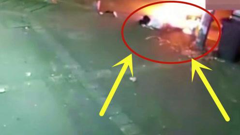 小伙骑摩托摔倒瞬间爆燃,监控记录他被大火慢慢吞噬,惊呆网友!