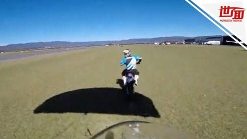 高难度跳伞!男子从飞机上跳下 多次翻转后直接坐上摩托车