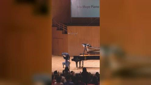 令人感动!一首钢琴曲《我的祖国》响彻香港大会堂 现场掌声雷动