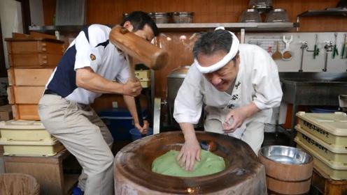 见过打麻薯吗?日本大叔边打麻薯边喊,手速快到让人担心他的手