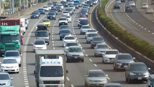 老司机提醒:高速公路繁忙路段驾驶要小心,稍不注意有危险