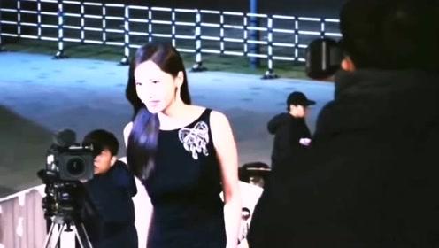 林允儿一袭黑色镶钻长裙亮相红毯,像是画中的仙女一般,惊艳众人!