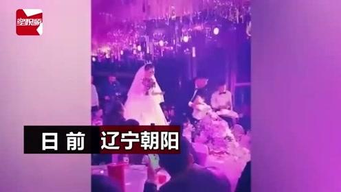 男孩婚礼当花童忘我撒花,下一秒被新娘婚纱绊倒