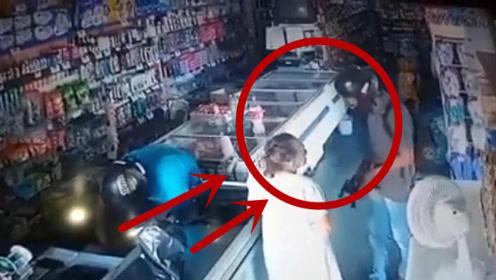 劫匪估计感动坏了,老妇主动向劫匪交钱,监控拍下意外一幕