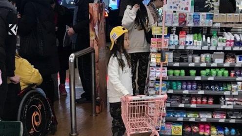 李小璐口罩遮面带甜馨逛超市 二人穿亲子装 母女情深相依为命