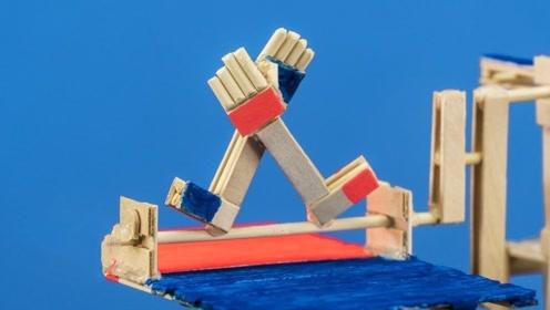 牛人用纸板自制掰手腕游戏机,哪一方能胜利?最后的奖品有点惊喜