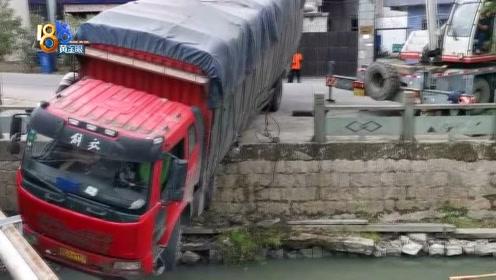 河边倒车悬挂半空 求大货车司机的心理阴影面积