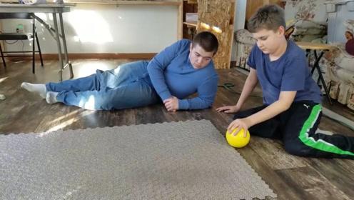 将5万颗巴克球铺成地板,丢个铁球会怎么样?看完真舒服!